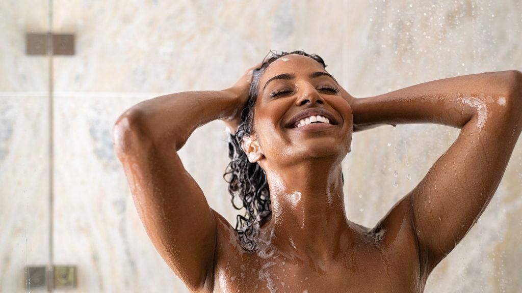 Carol Filgueiras: 5 passos para ter cabelos brilhantes sem sair de casa
