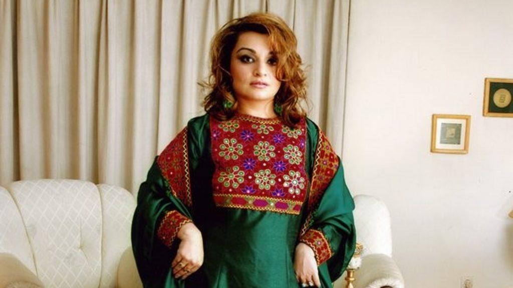 Em campanha online, afegãs defendem uso de roupas coloridas em protesto contra o Talibã